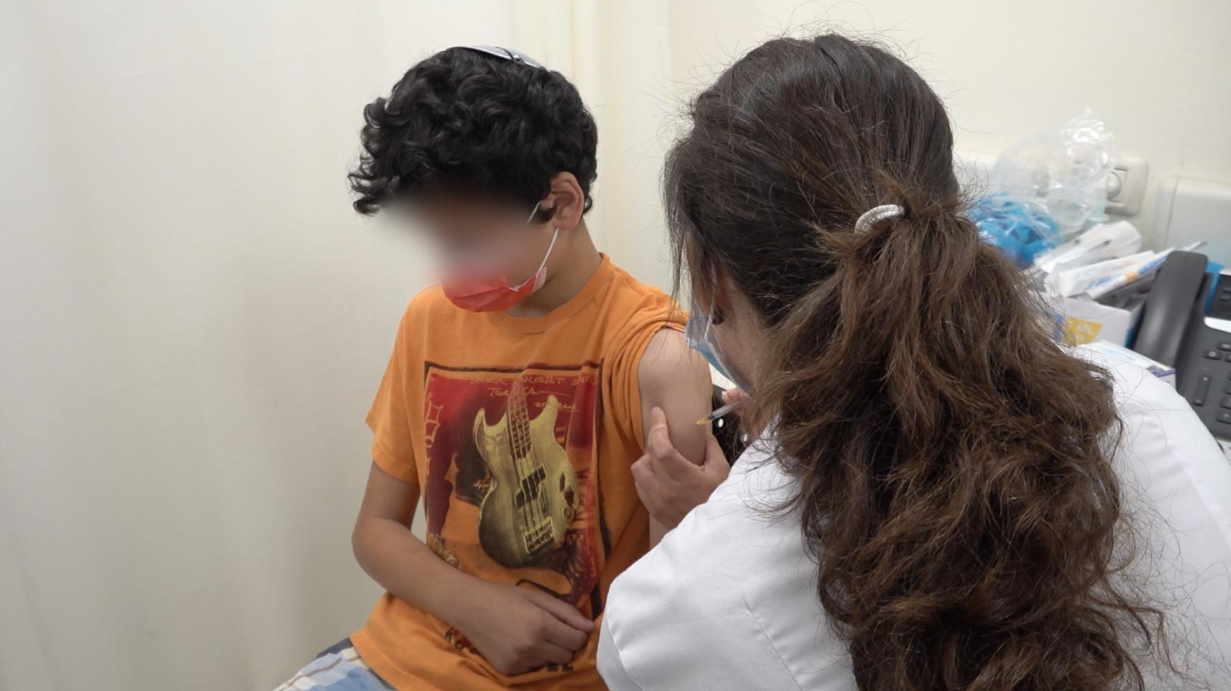 15세 청소년이 백신을 접종하고 있다 (2021.06.24 예루살렘 클라릿 백신접종센터).png